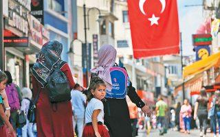 Τα μη εξυπηρετούμενα δάνεια που έχουν στους ισολογισμούς τους οι τουρκικές τράπεζες ανέρχονται πλέον στα 19,3 δισ. δολάρια. Το χρέος των τουρκικών επιχειρήσεων φτάνει το 40% του ΑΕΠ, τη στιγμή που ο μέσος όρος για τις δέκα μεγαλύτερες αναπτυσσόμενες οικονομίες της Ανατολικής Ευρώπης και για τη Νότιο Αφρική είναι μόλις 22%.