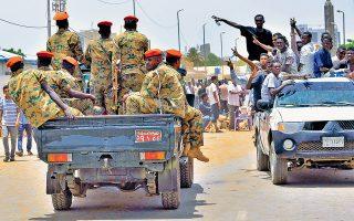 Υπό τις επευφημίες διαδηλωτών περνούν στρατιώτες στην πρωτεύουσα του Σουδάν, Χαρτούμ, μετά το πραξικόπημα κατά του προέδρου Ομάρ αλ Μπασίρ.