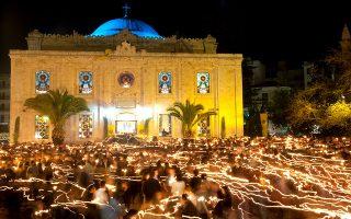 Στιγμές κατάνυξης στον ναό του Αγίου Τίτου, στο Ηράκλειο. (Φωτογραφία: Getty Images/Ideal Image)
