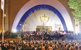 Πάσχα στην καρδιά των Τιράνων. Εκατοντάδες πιστοί παρακολούθησαν την περυσινή ανάστασιμη λειτουργία, στην οποία χοροστάτησε ο Αρχιεπίσκοπος Αναστάσιος.