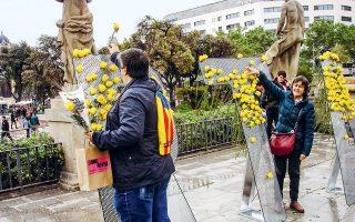 Πολίτες σχηματίζουν με κίτρινα τριαντάφυλλα τη λέξη LLIBERTAT (ελευθερία) στην πλατεία της Καταλωνίας.