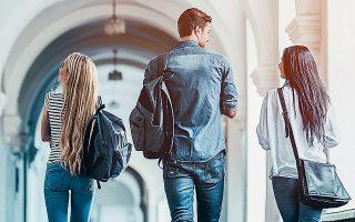 Κάθε απόφοιτος ιατρικής, πολυτεχνείου και άλλων πανεπιστημιακών σχολών στοιχίζει στο ελληνικό Δημόσιο, σύμφωνα με έρευνες, περίπου 200.000 ευρώ και σε αυτό πρέπει να προστεθούν τα χιλιάδες ευρώ που ξοδεύουν οι γονείς για τις γυμνασιακές, λυκειακές και πανεπιστημιακές σπουδές.