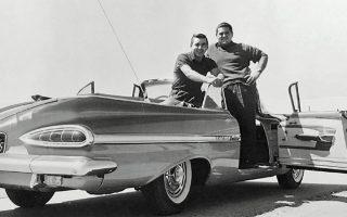 Σεβρολέτ Ιμπάλα, μοντέλο του 1959, καμπριολέ. Οι δύο Ελληνες της εποχής καμαρώνουν πάνω στην αμερικανική «βάρκα», ένα από τα πολλά σύμβολα της μεταπολεμικής παντοδυναμίας του Νέου Κόσμου.