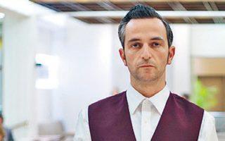 Ο Αρης Σερβετάλης, ως σερβιτόρος, στην ταινία «The Waiter» του πρωτοεμφανιζόμενου Στηβ Κρικρή. «Στα χέρια ενός καλλιτέχνη η Αθήνα μπορεί να πάρει πολλές όψεις – και νουάρ», λέει.