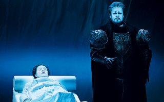 Ο Στιούαρτ Σκέλτον ως Οθέλλος και η Σόνια Γιοντσέβα ως Δυσδαιμόνα στην καταληκτική πράξη της όπερας του Τζουζέπε Βέρντι, σε σκηνοθεσία, σκηνικά και φωτισμό του Μπομπ Ουίλσον. LUCIE JANSCH