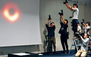 Ιστορική στιγμή. Φωτογράφοι και εικονολήπτες απαθανατίζουν την εικόνα μιας μαύρης τρύπας στη συνέντευξη Τύπου που έδωσαν επιστήμονες στο Τόκιο (και σε άλλες πέντε πόλεις) για να παρουσιάσουν το μεγάλο επίτευγμά τους. EPA/FRANCK ROBICHON