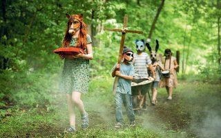 Μια οικογένεια μετακομίζει στην εξοχή. Σύντομα ανακαλύπτει πως στο διπλανό δάσος υπάρχει ένα νεκροταφείο ζώων, το οποίο «σκιάζουν» μυστηριώδεις ιστορίες.
