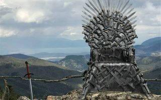 o-siderenios-thronos-toy-game-of-thrones-se-chorio-tis-fthiotidas-fotografies0