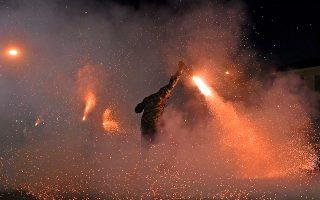 Νεαροί συμμετέχουν στο σαϊτοπόλεμο, στο βόρειο πάρκινγκ του Νέδοντα, στην Καλαμάτα, την Κυριακή του Πάσχα 8 Απριλίου 2018. Φέτος,  έλαβαν μέρος 9 μπουλούκια, γύρω στα 120 άτομα, και  κάηκαν 1.000 περίπου σαΐτες.  Οι συμμετέχοντες στον σαϊτοπόλεμο χωρίζονται σε ομάδες των 10-15 ατόμων, οι οποίες διαθέτουν επικεφαλής, λάβαρο, και σαλπιγκτή. Οι περισσότεροι είναι ντυμένοι με παραδοσιακές στολές, ενώ οι υπόλοιποι προτιμούν να φορούν πρόχειρα ρούχα. Μόλις δοθεί το σύνθημα της έναρξης οι σαΐτες ανάβουν και ταυτόχρονα ακούγεται ένας εκκωφαντικός θόρυβος. Αμέσως μετά, ο σαϊτολόγος λυγίζει την μέση και τα γόνατα, τα πόδια παίρνουν το σχήμα ψαλιδιού, η πλάτη είναι σκυμμένη, το κεφάλι βρίσκεται χαμηλά και τα χέρια θυμίζουν φτερούγες. Σύμφωνα με την παράδοση, το έθιμο κρατά από τους αγώνες των κατοίκων της Καλαμάτας κατά τη διάρκεια της Τουρκοκρατίας, οι οποίοι χρησιμοποιούσαν τις σαΐτες για να απομακρύνουν το ιππικό των Τούρκων.ΑΠΕ-ΜΠΕ/ΑΠΕ-ΜΠΕ/ΝΙΚΗΤΑΣ ΚΩΤΣΙΑΡΗΣ