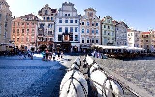 Βόλτα με άμαξα στην πλατεία της Παλιάς Πόλης της Πράγας. (Φωτογραφία: Jörg Modrow/laif)