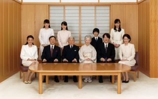 Η αυτοκρατορική οικογένεια της Ιαπωνίας ποζάρει για επίσημη φωτογράφηση στο παλάτι του Τόκιο, 2016