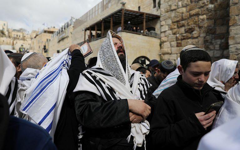 Εβραϊκό Πάσχα: Χιλιάδες πιστοί προσεύχονται στο Τείχος των Δακρύων (φωτογραφίες)