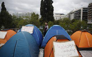 Ένα παιδί πρόσφυγας που προέρχεταιι από κατάληψη κτιρίου της περιοχής των Εξαρχείων, που εκκενώθηκε από την αστυνομία, στέκεται ανάμεσα σε σκηνές που έχουν στηθεί απέναντι από το κτίριο της Βουλής, στην Αθήνα Παρασκευή 19 Απριλίου 2019. ΑΠΕ-ΜΠΕ/ΑΠΕ-ΜΠΕ/ΓΙΑΝΝΗΣ ΚΟΛΕΣΙΔΗΣ