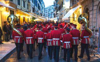 Η Φιλαρμονική «Καποδίστριας», ή «κόκκινη», στα στενά της Παλιάς Πόλης της Κέρκυρας. (Φωτογραφία: Nikos Pilos/laif)