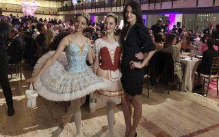 Η σύντροφος του Μικ τζάγκερ και χορογράφος, Μέλανι Χάμρικ, ποζάρει με τις μπαλαρίνες της μετά την παράσταση στη Νέα Υόρκη