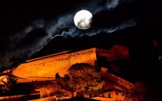Το «ροζ φεγγάρι» του Απριλίου, ανατέλλει ολόγιομο πάνω από το κάστρο του Παλαμηδιού στο Ναύπλιο