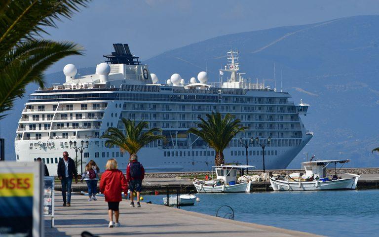 Ο πολυτελέστατος «Κόσμος» το πρώτο κουαζιερόπλοιο της σεζόν στο Ναύπλιο (φωτογραφίες)
