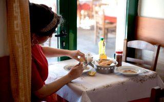 Λίγες σταγόνες λεμόνι χρειάζονται για να δροσίσουν τη μοσχαρόσουπα στο Χάραμα. (Φωτογραφία: Νίκος Κόκκας)