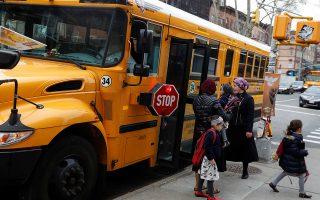 Παιδιά υπερορθόδοξων Εβραίων κατεβαίνουν από σχολικό λεωφορείο γεσίβας, ταλμουδικού σχολείου - Η επιδημία ιλαράς έχει ξεσπάσει στο Μπρούκλιν, κυρίως μεταξύ των παιδιών των υπερορθόδοξων Εβραίων