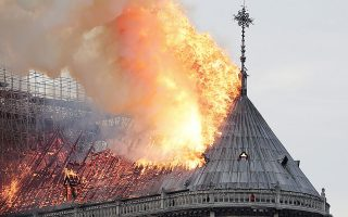 epaselect epa07508879 Flames on the roof of the Notre-Dame Cathedral in Paris, France, 15 April 2019. A fire started in the late afternoon in one of the most visited monuments of the French capital.  EPA/IAN LANGSDON