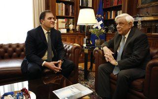 Ο Πρόεδρος της Δημοκρατίας Προκόπης Παυλόπουλος(Δ) συνομιλεί με  το Διοικητή της Ανεξάρτητης Αρχής Δημοσίων Εσόδων Γεώργιο Πιτσιλή(Α) κατά τη διάρκεια συνάντησής τους, στο Προεδρικό Μέγαρο, Μ.Πέμπτη 25 Απριλίου 2019. ΑΠΕ-ΜΠΕ/ΑΠΕ-ΜΠΕ/ΑΛΕΞΑΝΔΡΟΣ ΒΛΑΧΟΣ