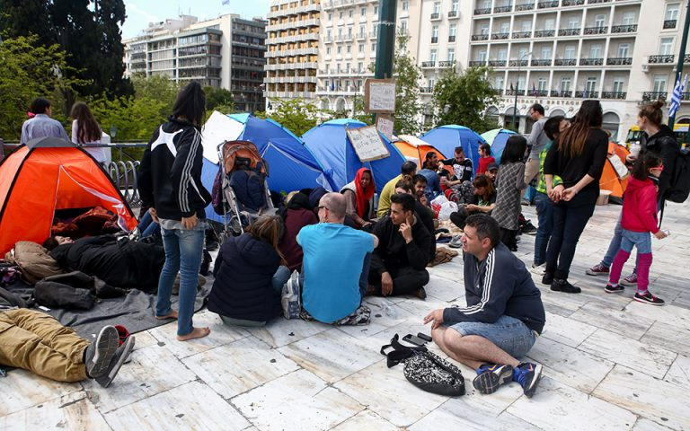 Πρόσφυγες από εκκενώσεις καταλήψεων στα Εξάρχεια κατασκήνωσαν στο Σύνταγμα (φωτογραφίες)