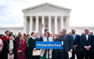 Η Πρόεδρος της Βουλής των Αντιπροσώπων Νάνσι Πελόσι και ο γερουσιαστής Τσακ Σούμερ καλούν έξω από το Ανώτατο Δικαστήριο τη διοίκηση Τραμο να «σταματήσει τη νομική επίθεση κατά της υγειονομικής περίθαλψης των Αμερικανών».
