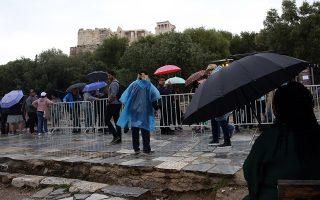 Τουρίστες περιμένουν στην ουρά, κάτω από δυνατή βροχή, για να επισκεφθούν τον αρχαιολογικό χώρο της Ακρόπολης αφού τελειώσει η στάση εργασίας των αρχαιοφυλάκων στις 11.00 πμ, Αθήνα Παρασκευή 12 Απριλίου 2019. Οι αρχαιοφύλακες πραγματοποιούν τρίωρη προειδοποιητική στάση εργασίας με κλαδικά αιτήματα.  ΑΠΕ-ΜΠΕ/ΑΠΕ-ΜΠΕ/ΟΡΕΣΤΗΣ ΠΑΝΑΓΙΩΤΟΥ