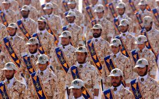 Στρατιώτες των Φρουρών της Επανάστασης κατά τη διάρκεια ετήσιας στρατιωτικής παρέλασης για τον εορτασμό της εισβολής στο Ιράκ το 1980. (EPA/ABEDIN TAHERKENAREH)