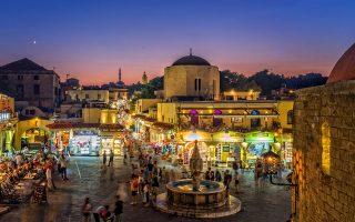 Στη μεσαιωνική πόλη συνυπάρχουν τουριστικά καταστήματα και καφετέριες με κτίρια των ιπποτών. (Φωτογραφία: ΠΕΡΙΚΛΗΣ ΜΕΡΑΚΟΣ)