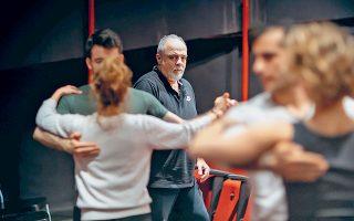 Ο σκηνοθέτης Θωμάς Μοσχόπουλος παρακολουθεί την πρόβα και καθοδηγεί τους ηθοποιούς.