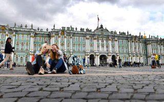 Τα εντυπωσιακά κτίρια της Αγίας Πετρούπολης αποτελούν ιδανικό φόντο για τις selfies των επισκεπτών. (Φωτογραφία: AFP / VISUALHELLAS.GR)