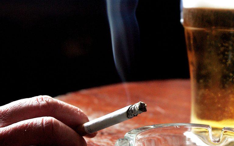 Αμετανόητες καπνίστριες οι Ελληνίδες