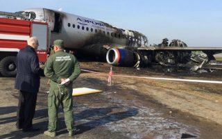 Ο πρόεδρος της επιτροπής διερεύνησης αεροπορικών δυστυχημάτων Αλεξάντερ Μπαστρίκιν επισκέπτεται ό,τι απέμεινε από το αποτεφρωμένο Aeroflot Sukhoi Superjet 10 στο αεροδρόμιο Σερεμέτιεβο της Μόσχας.