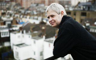 Ο Τζόναθαν Κόου δείχνει γρήγορα αντανακλαστικά, σχεδιάζοντας μια συναρπαστική ιστορία γύρω από τις σύγχρονες βρετανικές παλινωδίες.