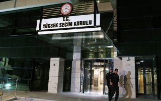 Ανδρες των ειδικών δυνάμεων της τουρκικής αστυνομίας φρουρούν τα γραφεία του Κεντρικού Εκλογικού Συμβουλίου στην Αγκυρα.