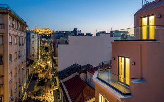 Η νύχτα πέφτει στην οδό Αιόλου, στην καρδιά του Τριγώνου. Δεξιά, διακρίνονται οι τελευταίοι όροφοι του ολοκαίνουργιου Blend Hotel. Φωτογραφίες: Κατερίνα Καμπίτη