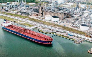 Το πετρέλαιο στη διεθνή αγορά εμπορευμάτων εμφάνισε απώλειες λόγω ανησυχιών για την εμπορική διένεξη. Στην αμερικανική αγορά, το αργό Νέας Υόρκης είχε πτώση της τάξεως του 1,1% στα 61,55 δολάρια το βαρέλι, ενώ προηγουμένως είχε εξασθενήσει σε επίπεδα πλησίον των 60 δολαρίων το βαρέλι.