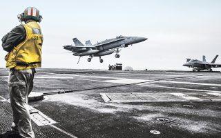 Μαχητικό αεροσκάφος προσγειώνεται στο αμερικανικό αεροπλανοφόρο «Αβραάμ Λίνκολν», κατά τη διάρκεια παλαιότερων ασκήσεων, στον Περσικό Κόλπο.