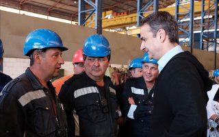 Ο κ. Μητσοτάκης συνομιλεί με εργαζομένους στα Ναυπηγεία Χαλκίδας.