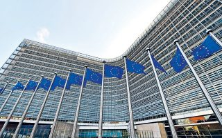Η Κομισιόν αποδίδει την επιβράδυνση σε εξωτερικούς παράγοντες, όπως οι αυξανόμενες εμπορικές εντάσεις αλλά και το Brexit, καθώς και σε συγκεκριμένα κράτη-μέλη όπως η Γερμανία και η Ιταλία, που σημείωσαν τη μεγαλύτερη πτώση, επηρεάζοντας τη συνολική εικόνα της Ευρωζώνης.