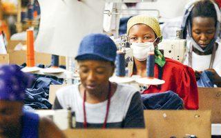 Ο επικεφαλής της Επιτροπής Επενδύσεων της Αιθιοπίας Αμπέμπε Αμπεμπάγεχου επισημαίνει πως οι αμοιβές των εργαζομένων στον κλάδο δεν περιορίζονται ακριβώς στα 26 δολάρια τον μήνα, καθώς «οι βιομηχανίες τούς παρέχουν παράλληλα γεύματα στον χώρο εργασίας, όπως και άλλες υπηρεσίες». Ο ίδιος τονίζει, άλλωστε, πως οι περισσότερες βιομηχανίες ένδυσης επιλέγουν να εγκαθίστανται σε περιοχές με χαμηλό εργατικό κόστος.