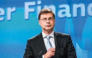 «Eίναι σημαντικό η Ελλάδα να παραμείνει πιστή στους συμφωνημένους μεταμνημονιακούς δημοσιονομικούς στόχους», δήλωσε ο αντιπρόεδρος της Επιτροπής Βάλντις Ντομπρόβσκις, προσθέτοντας ότι «θα πρέπει να γίνουν περισσότερες εις βάθος συζητήσεις με τις ελληνικές αρχές για το τι ακριβώς έχουν στο μυαλό τους».