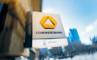 Το Βερολίνο ελέγχει το 15% του μετοχικού κεφαλαίου της Commerzbank και είχε στηρίξει τη συγχώνευση με την Deutsche Bank. Ωστόσο, οι διαπραγματεύσεις μεταξύ των δύο τραπεζών δεν ευοδώθηκαν.