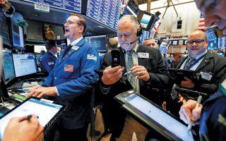 Στη Wall Street επικράτησε νευρικότητα και έντονες διακυμάνσεις που αντανακλούσαν τη ρευστότητα στις επαφές ανάμεσα στην Ουάσιγκτον και στο Πεκίνο. Η εκτίμηση του Λευκού Οίκου πως η Κίνα προτίθεται να συνάψει συμφωνία βελτίωσε το κλίμα στην αγορά και οι δείκτες S&P και Dow Jones κινούνταν ανοδικά το βράδυ.