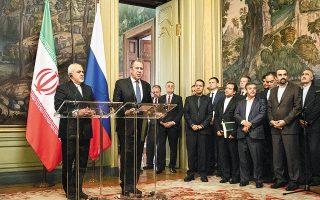 Οι υπουργοί Εξωτερικών της Ρωσίας και του Ιράν, Σεργκέι Λαβρόφ και Τζαβάντ Ζαρίφ, αντίστοιχα, μετά τις διαβουλεύσεις τους χθες στη Μόσχα. Το Ιράν προειδοποίησε χθες τη Ρωσία, την Κίνα και την Ε.Ε. πως, αν επιθυμούν να διασώσουν την πυρηνική συμφωνία με την οποία σταματά η πορεία της Τεχεράνης προς την πυρηνική βόμβα, πρέπει εντός 60 ημερών να λάβουν μέτρα για να αποτραπεί η οικονομική ασφυξία που επιβάλλουν στο Ιράν οι ΗΠΑ.