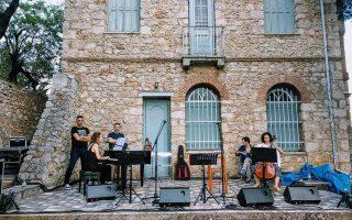 Πρόβα ορχήστρας στην αυλή της οικίας Σικελιανού.