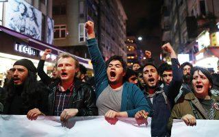 Πολίτες διαδηλώνουν εναντίον της απόφασης της Κεντρικής Εκλογικής Επιτροπής να ακυρώσει τη νίκη του Εκρέμ Ιμάμογλου στις δημοτικές εκλογές της Κωνσταντινούπολης και να διατάξει επαναληπτική αναμέτρηση.