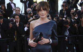 Βρε βρε! Στις Κάννες και το μοντέλο και πρώην πρώτη κυρία Carla Bruni-Sarkozy. Βρέθηκε στο κόκκινο χαλί για την προβολή της ταινίας «Les Miserables» με ένα φόρεμα στο χρώμα των ματιών της. (Photo by Joel C Ryan/Invision/AP)