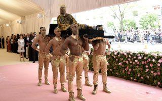 Κυρίες στην άκρη. Στο πολυαναμενόμενο Met Gala,  στην γιορτή της μόδας που διοργανώνεται κάθε πρώτη Δευτέρα του Μαΐου, οι διάσημες κυρίες με τις επώνυμες δημιουργίες ήρθαν δεύτερες. Η Lady Gaga, έφτασε ντυμένη και έμεινε και πάλι με τα εσώρουχα και η Katy Perry έκανε την πλάκα της ντυμένη πολυέλαιος. Αυτοί όμως που πραγματικά συγκέντρωσαν τα φλας και υπερέβαλαν εαυτόν ήταν οι κύριοι που συμμετείχαν. Κορυφαίος ο ηθοποιός Billy Porter  που για άλλη μια φορά εντυπωσίασε στο κόκκινο χαλί, αυτή την φορά σαν άλλη Κλεοπάτρα. Photo by Evan Agostini/Invision/AP)